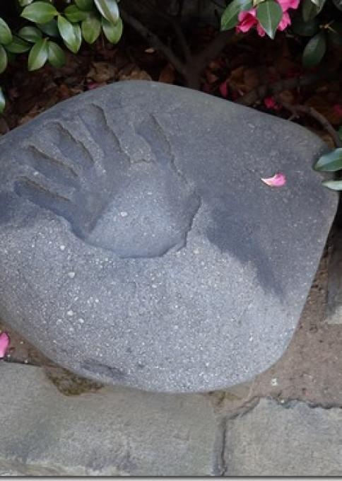 力士雷電の史跡・雷電の手形石(報土寺)